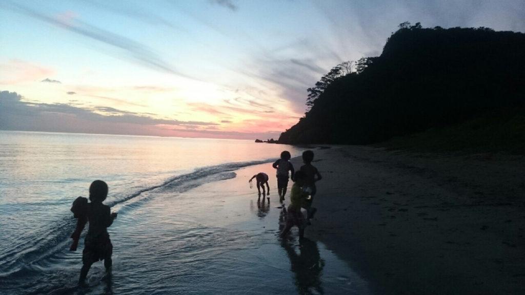 海で子供が遊んでいる